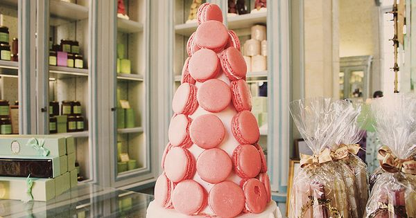 CHRISTMAS TREE IN MACAROONS